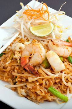 Pad Thai With Chicken and Shrimp: fast 25 minute Thai Recipes, Seafood Recipes, Asian Recipes, Dinner Recipes, Cooking Recipes, Healthy Recipes, Thai Dishes, Pasta Dishes, Arroz Frito