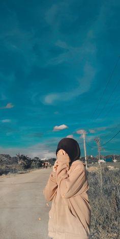 Hijabi Girl, Girl Hijab, Muslim Fashion, Hijab Fashion, Girl Pictures, Girl Photos, Hijab Hipster, Stylish Hijab, Girl Hiding Face
