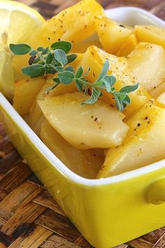 Greek Lemon Potatoes This recipe delivers lemon-flavored roasted potatoes to your table, making a great side dish for Greek dishes such as souvlaki. Lemon Roasted Potatoes, Roasted Potato Recipes, Vegetable Recipes, Veggie Food, Greek Style Potatoes, Greek Lemon Potatoes, Greek Cooking, Greek Dishes, Side Dishes