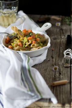 Penne integrali al pesto di asparagi e arancio con tartare di salmone