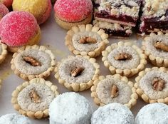 Ami a lagzis sütidobozból nem maradhat ki: diós kosárka – Mai Móni Hungarian Desserts, Bakery Recipes, Doughnut, Cheesecake, Muffin, Sweets, Cookies, Breakfast, Dios