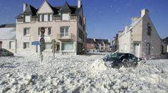 La première tempête de l'année a poussé des nuages d'écume dans les rues d'un petit port du sud-Finistère, Saint-Guénolé