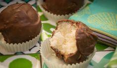 Kokosové Bounty kuličky  175 g kondenzovaného mléka 100g strouhaného kokosu 100 g mléčné čokolády