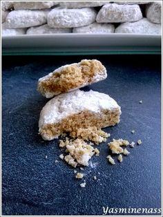 Salam alyakoum/bonjour, On peut dire que ces petits biscuits portent bien leur titre, ils sont tellement fondants en bouche, un vrai régal pour les papilles et ils sont tellement bien parfumés. J'aime beaucoup le sésame dans les pâtisseries, après cuisson...