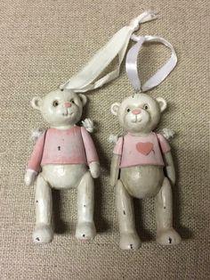 Det nydeligste sett med 2 søte bjørner. Like skjønne på jenterommet som på juletreet. 9 cm høye.