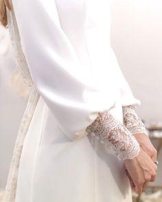 Mangas vestido Maria Baraza, firma 'Made in Spain' Muslim Wedding Dresses, Wedding Dress Sleeves, Bridal Dresses, Wedding Gowns, Dress Lace, Lace Wedding, Modest Fashion, Hijab Fashion, Fashion Dresses
