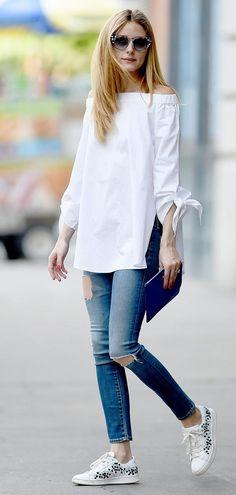 Street style look com blusa branca off shoulder, jeans e tênis branca.