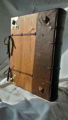 Photo album inspired by the fantasy saga GAME OF THRONE (II). You Write before buy if you want a economic shipping but less secure. DISCOUNTED ON SALE FOR SMALL LEATHER DEFECTS SEE PHOTO Bound in half brown leather tanned in Italy dishes seasoned wood from old farmhouse in Appennines (italian mountain) 1850 renovated iN 2015. the nerves of rope are sewn to be able to firmly hold the cover of wood 2 handmade BRASS corners in frontretro cover Brass ribbon coming from a 1920 Venetian close...