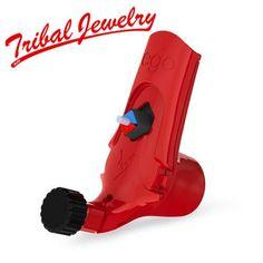 Die Little EGO V2 ist eine federleichte Rotarymaschine mit handgelenkschonendem Design. Das Gewicht wurde nach vorne verlegt, was das Tätowieren fast schreibähnlich macht und hilft dabei, Handgelenkschmerzen vorzubeugen. Das Gerät ist perfekt ausgewogen, um höchstmögliche Kontrolle über die Nadel und bestmögliches Gleichgewicht zu gewährleisten.Das Gehäuse besteht aus hochwertigem, kratzfestem Kunststoff mit UV-Beschichtung, was die Maschine pflegeleicht und extrem leichtgewichtig macht.