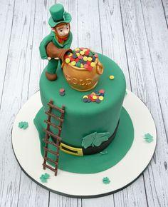 St Patrick's Day cake - leprechaun, shamrock hat and pot of gold #stpatricksday #shamrocks #irish #greenfondant #cake #leprechaun