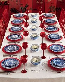 Blue and white dishes with red Blue Willow China, Blue And White China, Red And White, Blue China, Decoration Christmas, Decoration Table, Dresser La Table, White Dishes, White Plates