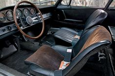 A pretty spartan interior, wooden steering wheel, and this seat treatment, what do you think – perfect?