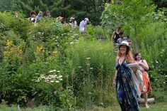 Want to immerse yourself in the healing magic of plants? Develop your own connection to plant spirits? Make your own medicines? Check out workshops with Susanna Raeven of Raven Crest Botanicals :)