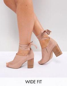7064cdb17e3 Zapatos de tacón de corte ancho con diseño anudado a la pierna OMEN de ASOS  Cute