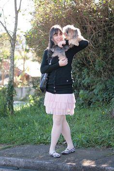 Look com saia de tule rosa cardigã preto meia calça clara e sapatilha estampada com cogumelos