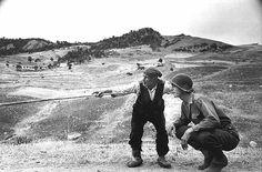 Photo : Robert Capa Paysan sicilien indiquant la route à un soldat américain 4 ou 5 août 1943