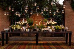 Mesa de doces branco e verde velas suspensas - casamento na fazenda ( Decoração: Adriana Malouf | Foto: Leandro Lourenço )