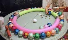 Afbeeldingsresultaat voor kerstkrans maken van kerstballen