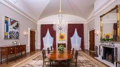 De Old Family-dinerkamer in het Witte Huis, zonder opzichtige bloemstukken, werd ingericht door Michelle Obama.