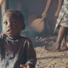 """Clarisse verloor haar 8 maanden oude zoontje aan longontsteking. Een ander zoontje is nu ziek. """"Als hij warm aanvoelt, ben ik al bang."""" Geld voor medicijnen geeft ze niet. Het enige wat ze kan doen is bidden en hopen dat haar zoontje vanzelf weer beter wordt, denkt ze. Maar jij kan helpen! Kom in actie, doneer of vraag een plaat aan voor 3FM Serious Request! Voor slechts 4 euro krijgt een kind met longontsteking al een antibioticakuur."""