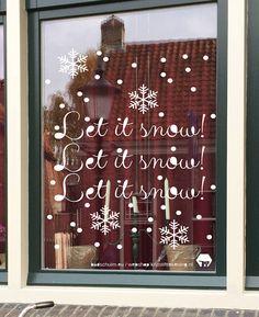 Let it snow! Maak deze DIY raamdecoratie voor de winter met dit direct te downloaden sjabloon voor een raamtekening. Dat doe je super simpel door het bestand te downloaden, op te slaan en te printen vanaf je computer. Daarna plak je het aan de buitenkant van je raam. Aan de