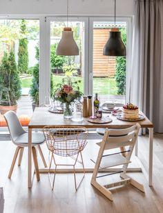 Aranżacja jadalni z eklektycznymi krzesłami wokół stołu (51739)