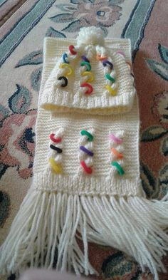 Poncho Crochet - tutorial mochila de trapillo handmade con puntos de crochet More Bico em Baby Knitting Patterns, Knitting Stiches, Afghan Crochet Patterns, Crochet Motif, Loom Knitting, Knitting Socks, Crochet Kids Hats, Crochet Round, Knitted Hats