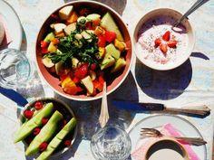 Happy SUNDAY… stay HEALTHY  schon probiert? Unsere Fruchtbowl mit frischen saisonalen Früchten, Datteln und Minze? Freuen uns auf Euch… Grüße aus dem Z Cafe