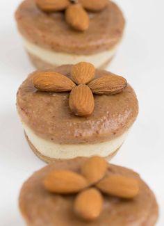 Rohkost Käsekuchen Mandel Muffins ohne Dattelcreme, dann ist es Keto, ggf. mit Blaubeeren-Gelatine als Topping