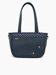 Pöttyökből sohasem elég! Ez a különleges kis táska meglehetősen dekoratív. A felül lévő kék-fehér pöttyös anyagot két pici virággal egészítettem ki, amelyeket gyöngy patenttal rögzítettem a táska elejére. A végeredmény elragadó lett! Romantikusoknak kötelező darab!!! City-bag 52 női táska