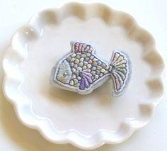 すべて手刺繍で作られた手のひらサイズの魚。パステルカラーの鱗は1枚1枚、同じ色が隣合わないよう配置されています。裏地には厚手の牛革を使用しております。〈素材〉...|ハンドメイド、手作り、手仕事品の通販・販売・購入ならCreema。