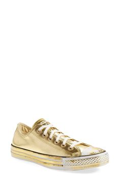 Staying golden in this iconic, low-top sneaker that keeps the classic lace-up design and sporty rubber toe cap of the original version, but gets a special touch with an eye-catching metallic sheen.