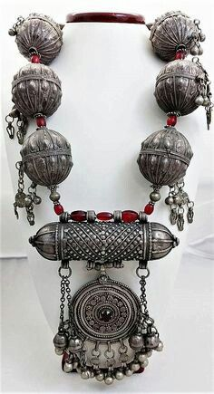 Bridal amulet necklace from Yemen. Silver & glas beads, ca. Tribal Necklace, Tribal Jewelry, Pearl Jewelry, Sterling Silver Jewelry, Silver Earrings, Jewelery, Silver Ring, Silver Bracelets, Antique Necklace