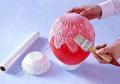 Nun formen Sie aus dem Spitzendeckchen eine Schale.Bei größeren Deckchen empfehlen wir einen aufgeblasenen Luftballon als Grundlage. Den stellen sie in eine...