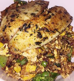 You will need: Frozen mixed veggies (or fresh if you prefer) Garlic powder Cayenne pepper powder Black pepper Eggs Cooked brown rice Soy sauce EV olive oil Tilapia fillet Dried parsley Instructions…