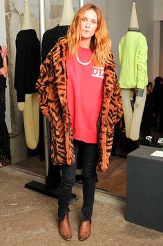 Erin Wasson usa maxi t-shirt vermelha com calça skinny e casaco animal print