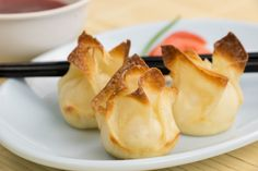 Easy Crab Rangoon Recipe | What a fun homemade Chinese food recipe! This is one of my favorite appetizers / side dish recipes.
