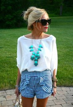 We love this feminine summer look. Perfect for backyard parties.