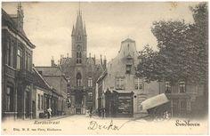 Korenstraat, gezien in de richting van het stadhuis aan de Rechtestraat. Rechts op de hoek met de Markt is het pand met de klokgevel Bazar National te zien - 1890-1910