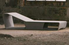 La firma suiza Labelform presentó recientemente este modelo de chaise longue, diseñado por Dominique Helg y fabricado en fibra de cemento. Se puede utilizar tanto en exterior como en interior y lo fabrican en dos acabados: gris claro y antracita.