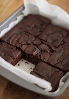 Dark Chocolate Chickpea Brownies (flourless, gluten-free, naturally sweetened and healthy!) #dessert #recipe