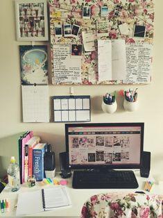 Una forma facil de decorar tu escritorio y al mismo tiempo lo organizas. Materiales: Un corcho Una libreta Un calendario Frascos de plastico o de vidrio. Pegamento resistente para poner los frascos y la libreta y tambien el calendario. Hojas Y materiales decorativos para darle un toque chic.