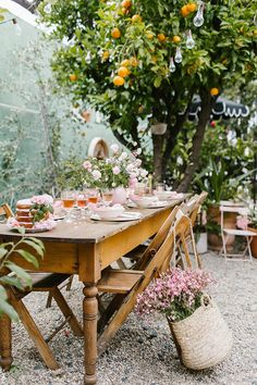 These Are the 12 Small Garden Party Ideas You Should Plan to Copy This Summer Hunker Outdoor Parties, Outdoor Entertaining, Picnic Parties, Picnics, Small Garden Party Ideas, Summer Garden Parties, Spring Garden, Patio Party Ideas, Outdoor Settings