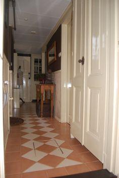 Hal van de andere kant gezien....., met de trapopgang achter de dubbel deuren......,