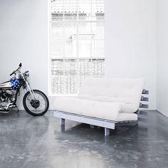 Articolo: 123112901140_Parent skuIl divano letto Roots ha un design unico progettato per essere un divano adatto a qualsiasi ambiente che in poche mosse si trasforma in comodo letto matrimoniale. I futon sono normalmente imbottiti con un mix di cotone, poliestere e lana, ma in molti viene aggiunto uno strato di schiuma per migliorarne la morbidezza. I materassi futon possono essere puliti con una spazzola dura. Il materasso misura 140x200 cm. Struttura in legno di pino FSC mix credit…