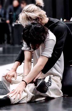 """there's just sth about taehyung looking small in jimin's arms"" Bts Taehyung, Bts Bangtan Boy, Hoseok Bts, Bts Lockscreen, K Pop, Foto Bts, Bts Instagram, Rapper, V Bts Wallpaper"