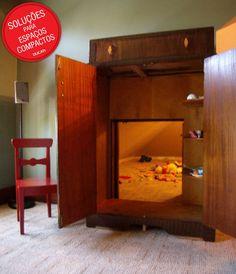 """Um espaço para brincar que fica """"dentro"""" de um armário? Nessa ideia, os pais utilizaram uma parte do espaço do quarto para criar um ambiente próprio para diversão, onde a entrada é a porta de um armário. Genial!"""