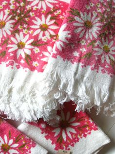 Vintage 1960's Pink daisy towels by West Point Pepperell in the Martex line. NOS