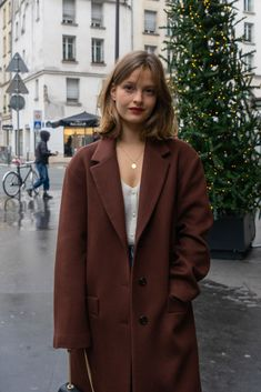 Jeanne Damas, Classy Outfits, Fall Outfits, Fit Women Bodies, Cashmere Fabric, Parisian Cafe, Parisian Apartment, Apartment Layout, Apartment Interior