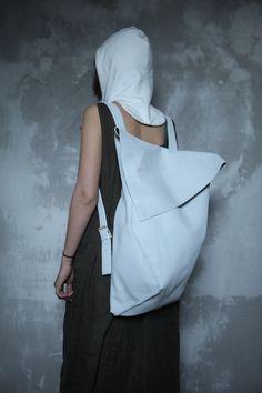 Кожаный рюкзак из цельного куска толстой кожи с скрытыми магнитными застежками и внутренним карманом. Прошит вручную. Каждый рюкзак уникален. Цвет, фактура кожи и форма могут отличатся.